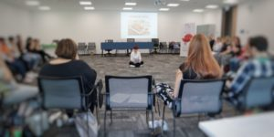 Silvia Rizzi che insegna una tecnica Mindfulness durante una formazione aziendale di una multinazionale
